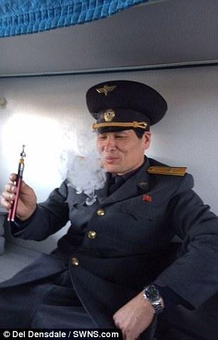 朝鲜边检警卫吸食电子烟,显得很享受。