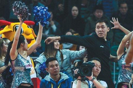 江苏队翻译薛飞与山西队拉拉队理论,认为后者干扰了罚球。