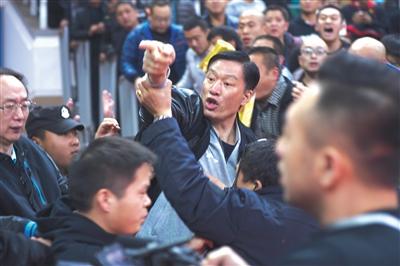 除了翻译薛飞,江苏队其他工作人员情绪也有些激动。