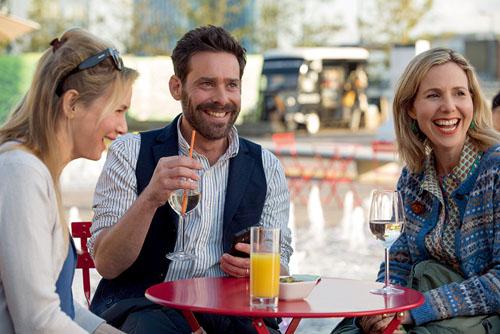 在新片中,芮妮-齐薇格和饰演汤姆的詹姆斯-卡利斯等老友重聚