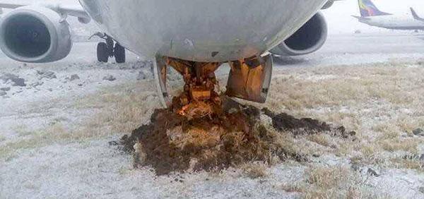 12月23日,乌鲁木齐机场,上航一架飞机偏出滑行道。网友 图