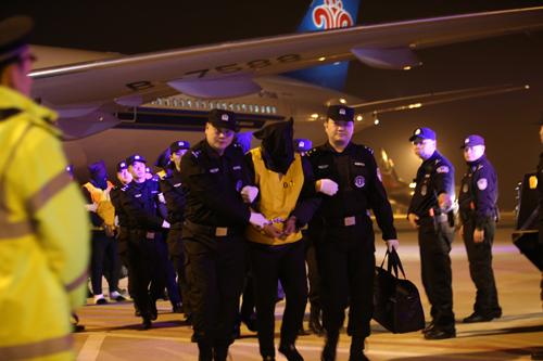 74名电信网络诈骗犯罪嫌疑人被公安机关从马来西亚押解回国