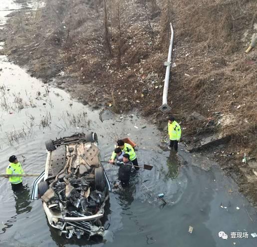 附近一家公司员工赶紧跑出来帮忙救援,并拨打报警电话。大家用厂里的机器拽着绳子牵引河中的宾利车,试图把车拉到岸上,但没有成功。