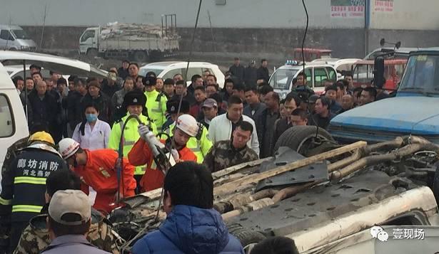 """""""那会儿人已经不动了""""。目击者回忆宾利司机被救出时的样子说。"""