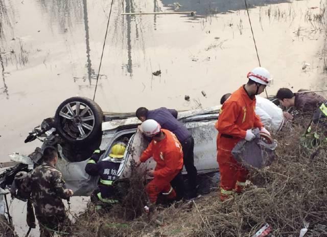 驾驶宾利车的司机被证实为富豪李福成之孙。