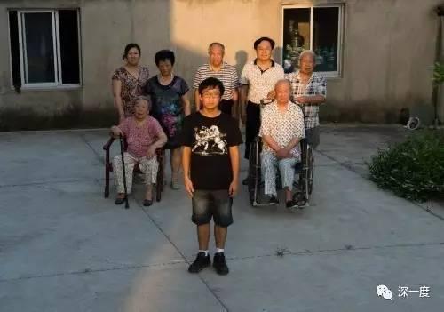 如东县双甸镇星光居委会19组一户四世同堂人家。20岁的大学生刘心雨(前中)面临巨大的隐形养老压力。后排左起依次为:45岁的母亲、91岁的曾祖母、68岁的奶奶、66岁的外公、47岁的父亲、90岁的曾祖父、69岁的爷爷