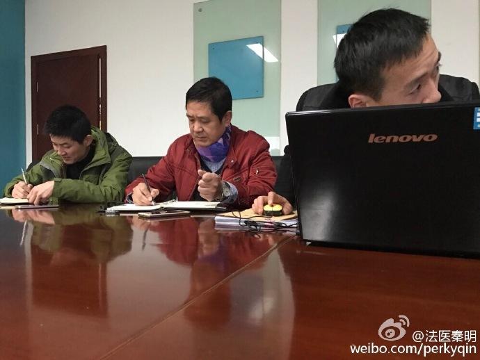 """12日,@法医秦明 发了一张照片,照片中,尽管是在室内,但坐在中间写着笔记的那位警察,脖子上依然缠着一根紫色""""围巾"""",还引来了大家的取笑。"""