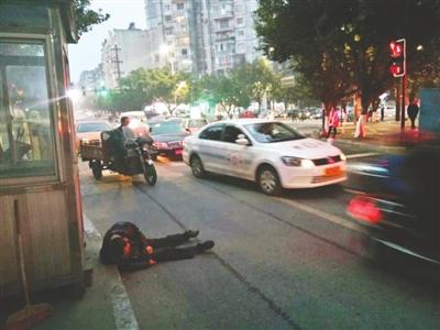 12月8日下午,宜宾,醉酒的张廷右倒在宾馆门前的车道上