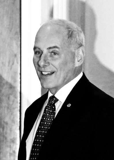 """国土安全部长――约翰・凯利凯利现年66岁,参与过伊拉克战争,曾任南方司令部司令,其子罗伯特2010年在阿富汗服役时战死。国土安全部成立于""""9・11""""后,其职能包括反恐、边境安全和打击非法移民等。"""