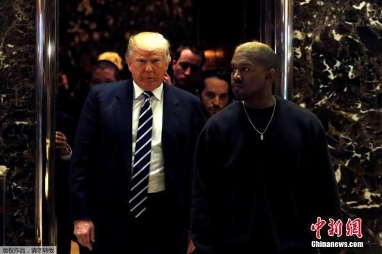 当地时间2016年12月13日,美国纽约,美国饶舌歌手坎耶・维斯特(坎爷)现身特朗普大楼,获候任美国总统特朗普接见,据悉两人聊了15分钟。