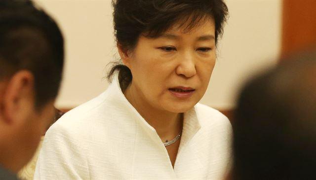 """2014年5月16日,朴槿惠和""""世越号""""遇难者家属面谈,脸上淤血痕迹再次变淡"""