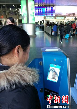 """乘客在北京西站""""刷脸""""进站。中新网记者 李金磊 摄"""