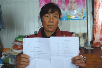 12月13日下午,杨福珍手捧着大儿子和儿子妇的殒命证实。2012年8月4日清晨,暴雨招致的泥石流攻击了岫岩县南马峪村。杨福珍失掉了丈夫、大儿子和大儿媳。