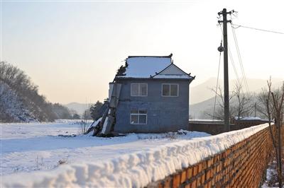 12月14日下午,残余的岫岩县偏岭镇丰盛村村部二层高楼还在报告着那次泥石流灾祸的惨烈。