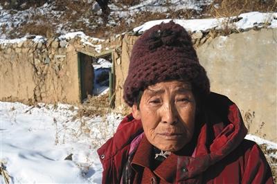 12月14日上午,颜士珍站在已经和老伴儿孙太双生计过的家。昔时的泥石流冲垮了屋宇,卷走了颜士珍的家以及丈夫孙太双。