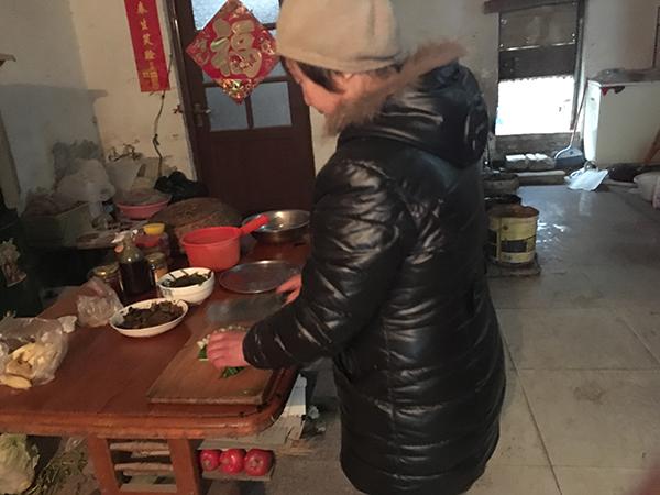 老刘由于内心憋闷进来遛弯了,直到午时也没回家,只剩张老太一人在家煮饭吃。本文图像均来自 磅礴新闻记者 段彦超