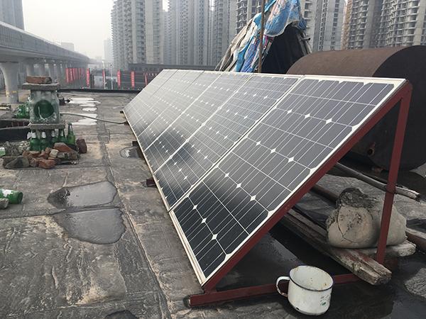 由于被断电,老刘家花两万元装了太阳能发电安装。