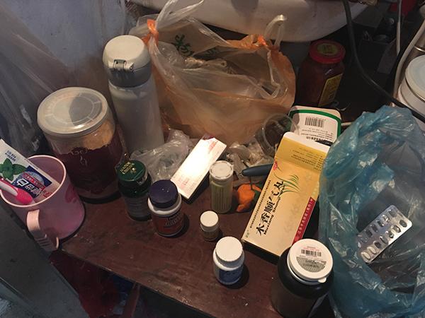 老刘佳耦平常吃的药。张老太说,老伴受拆迁影响,这几年病情加剧。