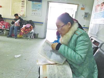 为陪父亲做手术,商丘一高的李红老师在手术室外备课。