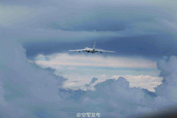 发言人介绍,中国空军远海训练开展两年来,应对和处置了各种干扰阻挠,实施了侦察预警、海上巡航、海上突击、空中加油等训练课题,提升了远海机动能力,检验了远海实战能力。