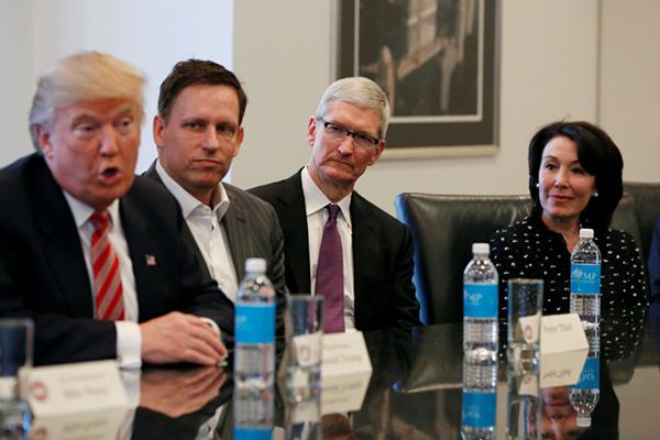 苹果CEO库克神情凝重。