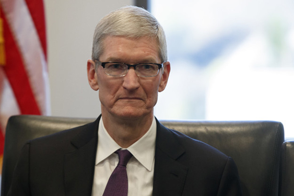 苹果CEO库克掩饰不住的冷漠脸。