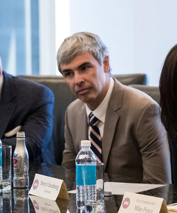 Alphabet CEO拉里・佩奇耐心倾听。竞选期间,共和党方面指责谷歌搜索引擎的算法倾向于希拉里。
