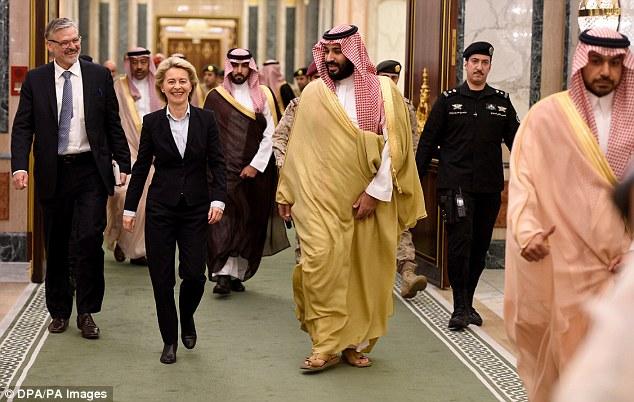 冯德莱恩身穿一身深蓝色套装访问沙特