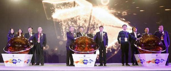 """与会嘉宾在开幕式上启动""""第八届中国儿童摄影行业发展峰会"""""""