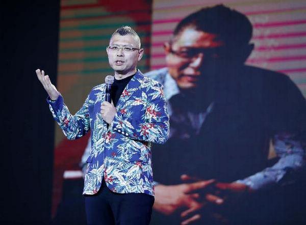 """著名投资人杨守彬为峰会与会人员做题为""""非爆即死的移动创业时代""""的演讲"""