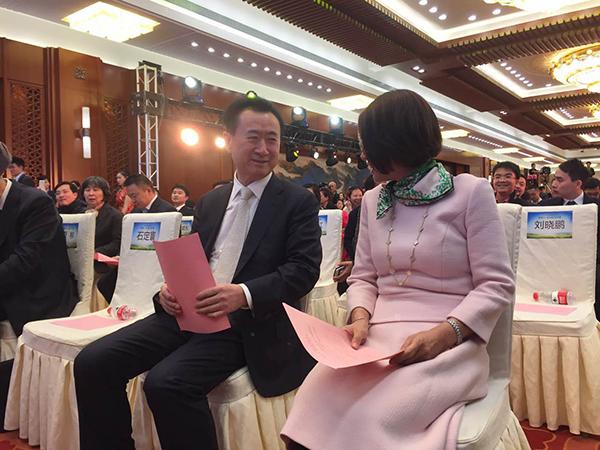 """王健林和董明珠在""""新能源、新动能、新价值""""中国制造高峰论坛正式开始前交谈。"""