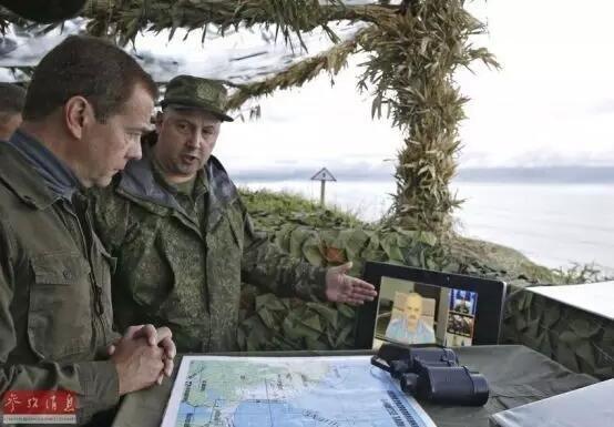 """2010年,俄罗斯总理梅德韦杰夫视察日俄争议岛屿""""南千岛群岛""""。"""