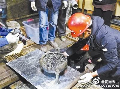 """近日,在河南一座古墓发掘现场,出土了几只装有疑似""""肉汤""""的大鼎。"""