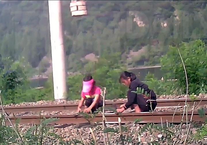培养合作意识?朝鲜小学生被要求修铁路