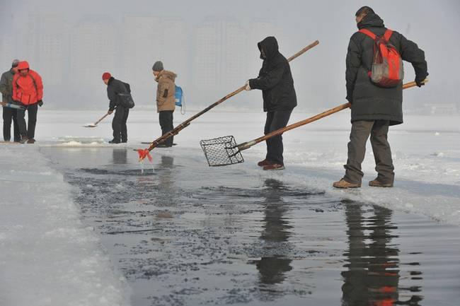 , 最低气温达到零下19℃,在浑河河道内,冬泳爱好者凿开冰面,冬泳健身。
