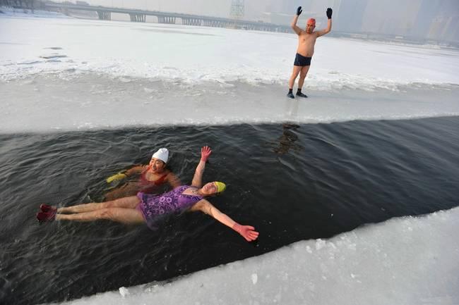 , 冬泳爱好者凿开冰面,冬泳健身。