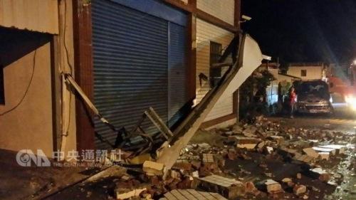 """今天清晨4时5分,台东近海发生里氏规模4.5级地震,最大震度在台东县东河3级;从15日晚间到16日清晨,台东已发生4次地震,在东河地区造成房屋零星灾情,幸无人员伤亡。台东县消防局提供 """"中央社""""记者李先凤传真"""