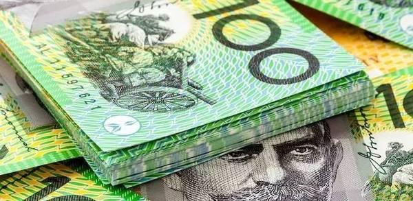 """瑞银集团的报告称,在澳大利亚,占流通金额比例高达92%的货币面值为50澳元(合38美元)和100澳元,但这些大面额纸币在实际流通中事实上""""比较罕见""""。瑞银集团分析师称,废除更大面额的纸币将会提高澳大利亚的电子支付比重。在澳大利亚,现金支付正在不断下降。"""
