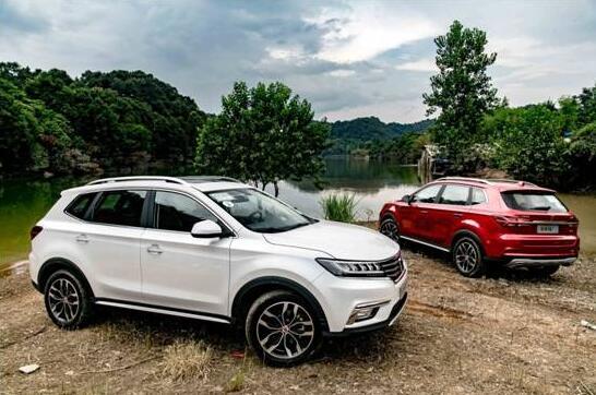 SUV荣威eRX5。它搭载领先同级2代的中国最好的插混新技术,以及新一代智能互联系统,将给用户带来更节能环保、更智能便捷的新出行价值。同时,上汽乘用车还发布了全球首款量产互联网家轿荣威i6和年轻人标配的首台互联网SUV名爵ZS,为消费者提供更多高价值的互联网汽车。   蓝芯代表车型荣威360,凭借全方位高品质和扎实的用户口碑,一年多累计销售近10万辆,成为囊括CarPlay车型销量王、品质王及A级车节油王的三冠王,并在千公里一箱油挑战赛中,创下3.