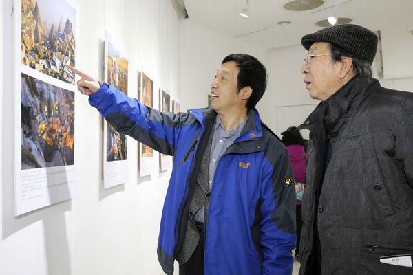 中国摄影家协会副主席李树峰(左)等在展厅参观 李德林 摄