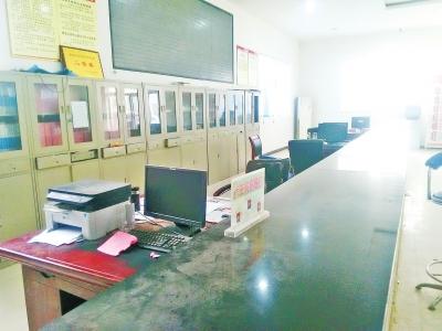 正常上班时间,淮阳县临蔡镇办事大厅窗口无人值班,桌上落满灰尘。
