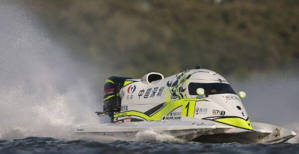 驾驶1号艇的世界冠军菲利普-洽培