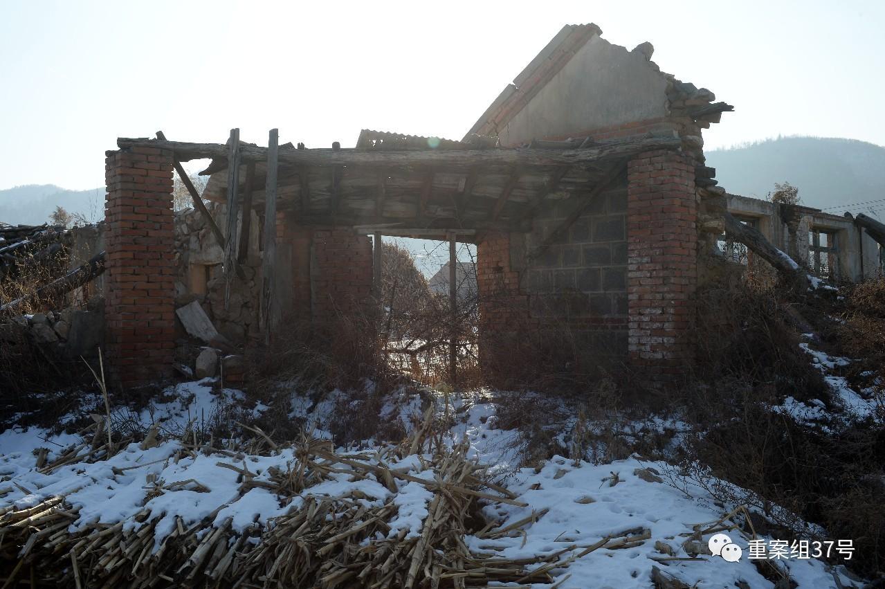 12月16日,岫岩县茂盛镇于家堡子,在经验了2012年8月4日大水以后,村里凑近河流的这一院子瓦房还保管着原样。