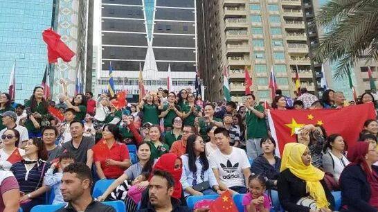 在场嘉宾与海外华人华侨合影庆贺三连冠