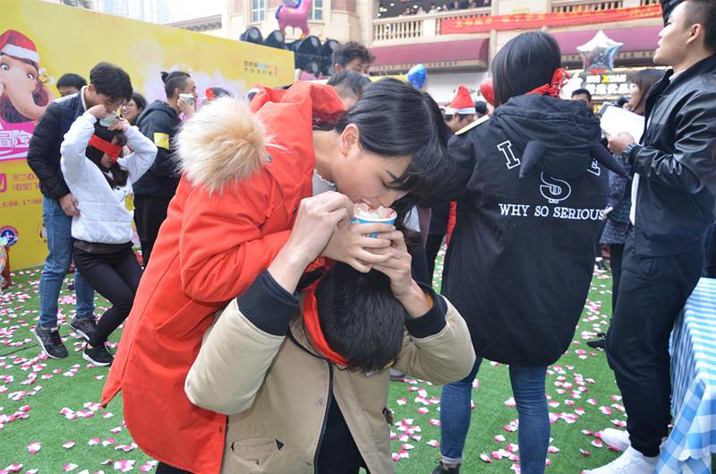 经过多轮各式接吻玩法,最终胜出者能得到价值3000元-8000元不等的奖品。