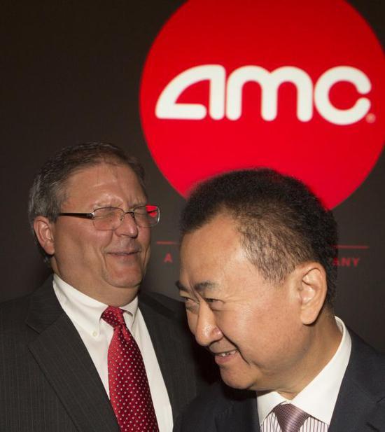 万达集团董事长王健林(右)与AMC首席执行官和董事长杰里・洛佩斯在美国西洛杉矶一家AMC影院出席新闻发布会。