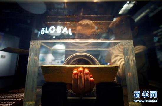 这是12月15日在德国法兰克福的德国央行货币博物馆拍摄的一块重达12公斤的金条。 新华社/路透