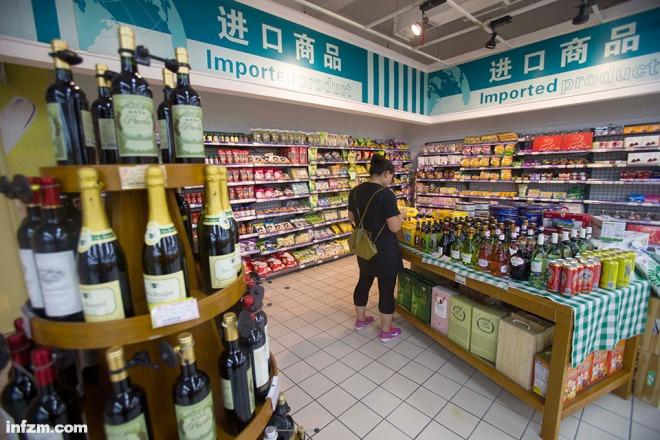 四洛克酒的首要贩卖平台囊括入口超市、酒吧和网购。但在收集上,有巨额数目的四洛克,去路不明。(视觉国家/图)