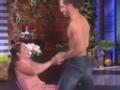 《艾伦秀第14季片花》巨肌猛男现场跳辣眼贴身热舞 你确定还能安睡吗
