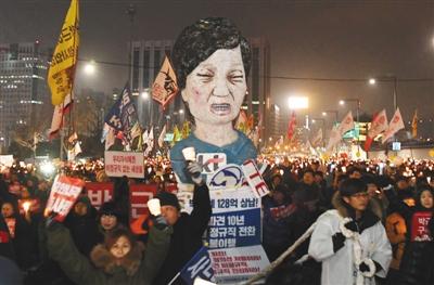 当地时间12月17日,韩国首尔,韩国民众第8次大规模集会示威,要求被停职总统朴槿惠立即下台。图/视觉中国